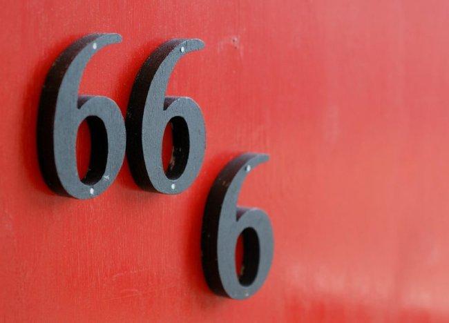 Самые популярные суеверия в России